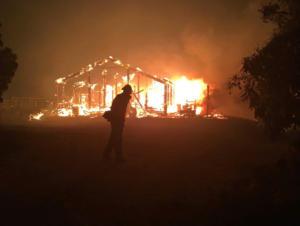 Τεράστια φωτιά καίει σπίτια στο Λος Άντζελες! Ένας νεκρός, φεύγουν άρον – άρον οι κάτοικοι