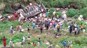 Ινδία: Αυξάνονται οι νεκροί από το σοκαριστικό δυστύχημα με το λεωφορείο [pics]