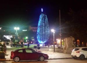 Και καλή χρονιά! Άναψαν τα φώτα στο χριστουγεννιάτικο δέντρο στην Καβάλα [pic]
