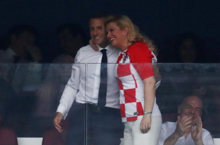 Τελικός Μουντιάλ 2018: Το… φλερτ του Μακρόν με την πρόεδρο της Κροατίας μπροστά στη Μπριζίτ! [pics] | Newsit.gr