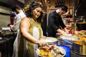 Γυναίκες σεφ πρωταγωνιστούν στο Φεστιβάλ Μαγειρικής Προσφύγων – video