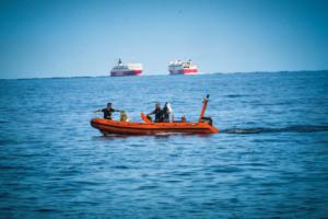 Σε γυναίκα ανήκει η σορός που βρέθηκε στη θάλασσα – Φέρει εγκαύματα – Υποψίες ότι πρόκειται για θύμα της πυρκαγιάς στο Μάτι