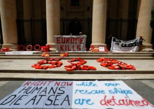 """Ιταλία: Σε πλοίο της Frontex και σε μονάδα της ακτοφυλακής οι 450 μετανάστες που αναζητούν """"φιλόξενο"""" λιμάνι"""