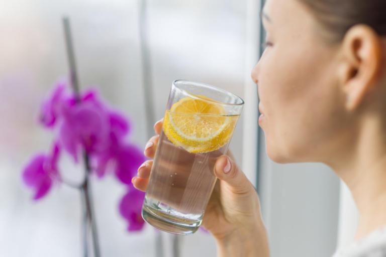 Νερό με λεμόνι: Βοηθάει τελικά στην καύση λίπους; Τι λένε οι επιστήμονες… | Newsit.gr