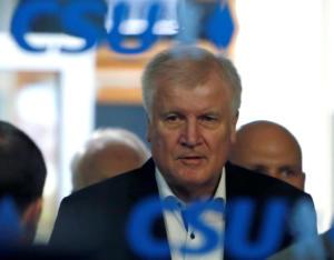 Γερμανία: Ο Ζεεχόφερ πιέζει τη Μέρκελ με παραίτηση