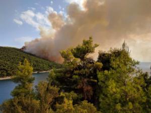 Σκόπελος: Η στιγμή που η φωτιά φαίνεται από τη Σκιάθο – Οι πρώτες ενδείξεις για τα αίτια που την προκάλεσαν [pics]