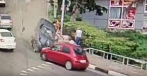 Αυτοκίνητο παρέσυρε πεζούς στο Σότσι! Ένας νεκρός, τρεις τραυματίες – Video ντοκουμέντο!