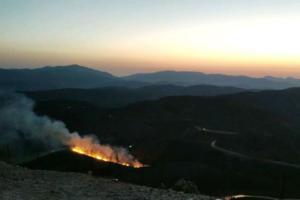 Κρήτη: Μάχη με τη φωτιά στη Σπίνα – Σηκώθηκε και ελικόπτερο [pics]