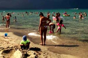 Πιερία: Κολυμπούσαν και έβλεπαν αυτές τις εικόνες – Αυτό που έμοιαζε με κύμα δεν ήταν μέσα στη θάλασσα [pics]