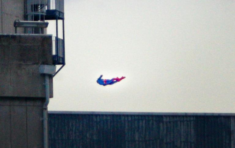Η Greenpeace έστειλε τον… Superman σε πυρηνικό σταθμό και συνετρίβη! [pics]
