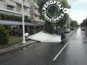 Θεσσαλονίκη: Ο αέρας ξήλωσε τέντα καφετέριας και την έριξε στο δρόμο! [pics]