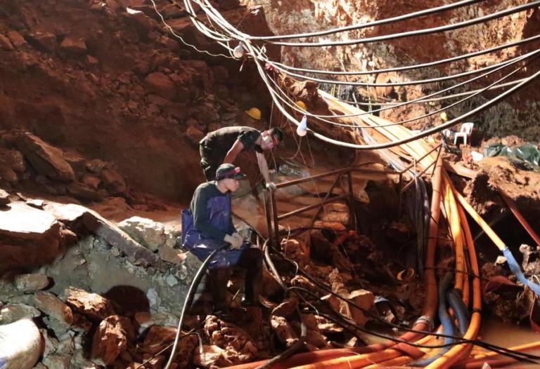 Ταϊλάνδη: Βγήκαν από τη σπηλιά τα δυο πρώτα παιδιά! | Newsit.gr