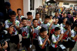 Ταϊλάνδη: Οι πρώτες εικόνες μετά το εξιτήριο στα 12 παιδιά και τον προπονητή τους – video