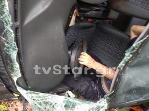 Ευρυτανία: Εικόνες που κόβουν την ανάσα – Η στιγμή που εγκλωβισμένος οδηγός περιμένει βοήθεια σε γκρεμό [pics]