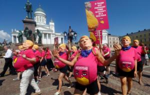 Φινλανδία: Γέμισε… έγκυες Τραμπ το Ελσίνκι – Διαδήλωση ενάντια στην πολιτική για τις αμβλώσεις [pics]
