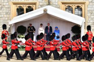Το ζεύγος Τραμπ για τσάι και… συμπάθεια με τη βασίλισσα Ελισάβετ – «Έλαμψε» η Μελάνια – video