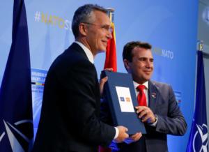 Ο Στόλτενμπεργκ έδωσε στον Ζάεφ την πρόσκληση του ΝΑΤΟ για ενταξιακές διαπραγματεύσεις [pics]