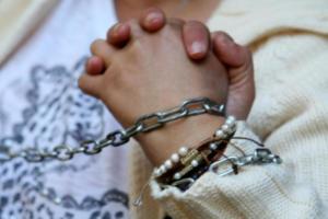 Βόλος: Εισαγγελική παρέμβαση για τον 16χρονο μαθητή που βρέθηκε αλυσοδεμένος σε κολώνα φωτισμού!
