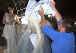 Κρήτη: Ο γάμος και η στιγμή που ρίχνουν 200 κιλά ρύζι στον γαμπρό – Η νύφη τον άφησε μόνο – video