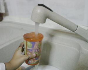Σύμη: Το ποτήρι αντί για νερό είχε χλωρίνη – Αγωνία για κοριτσάκι μόλις 2,5 ετών που το ήπιε!