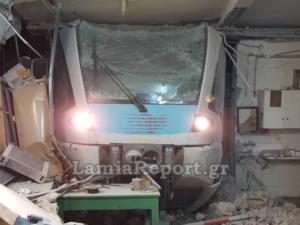 Λαμία: Νέες φοβερές εικόνες μετά τον εκτροχιασμό του τρένου – Έτσι μπήκε η αμαξοστοιχία σε αποθήκη [pics, video]