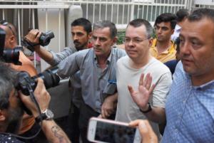 Σμύρνη: Επίσκεψη – έκπληξη στον πάστορα Άντριου Μπράνσον