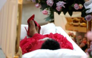 Σε λαϊκό προσκύνημα η σορός της Aretha Franklin – Σε χρυσό φέρετρο και ντυμένη στα κόκκινα η Βασίλισσα της Soul!