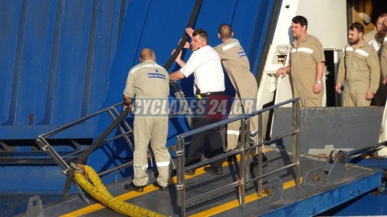 Αναχώρησε το Blue Star Paros έπειτα από την πρόσκρουση στο λιμάνι της Σύρου! Απίστευτη ταλαιπωρία για τους επιβάτες – video | Newsit.gr