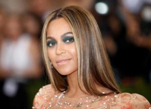"""Η Μπιγιονσέ """"αγκαλιάζει"""" τις καμπύλες της και ποζάρει για τη Vogue"""