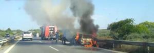 Φλεγόμενο αυτοκίνητο στην Εθνική Οδό – Σώοι οι επιβαίνοντες – video