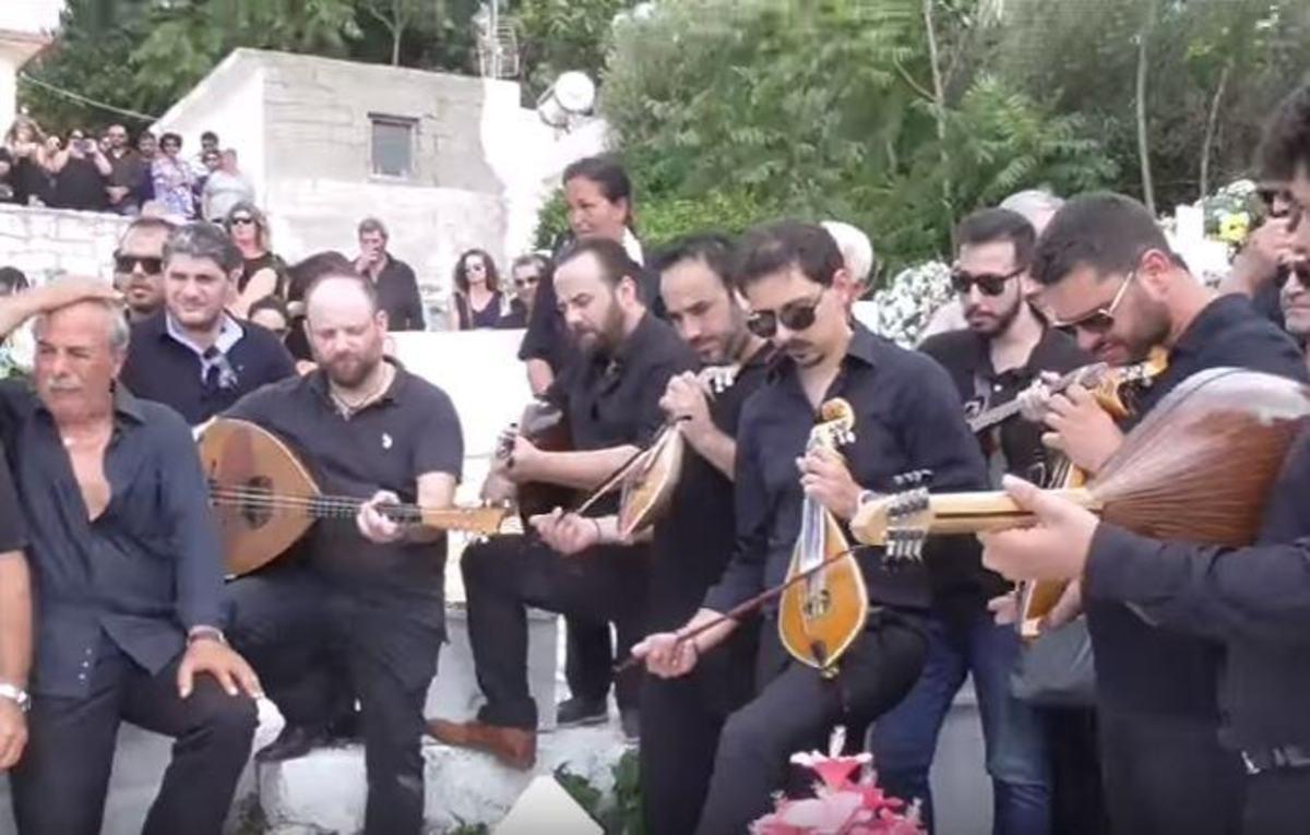 Κρήτη: Ράγισαν και οι πέτρες στην κηδεία του Γιώργου Κατσαμά | Newsit.gr