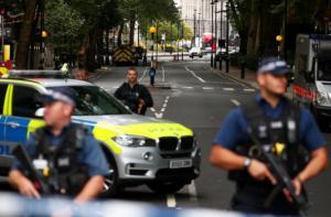 Η Αντιτρομοκρατική «χτενίζει» το Λονδίνο – Αυτοκίνητο παρέσυρε πεζούς και ποδηλάτες και έπεσε στην πύλη του Κοινοβουλίου