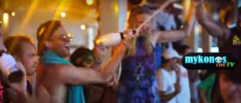 Μύκονος: Απίστευτες εικόνες σε beach bar! Όροφοι από σαμπάνιες – video | Newsit.gr