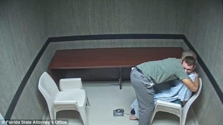 Τα δάκρυα ενός δολοφόνου! Η ομολογία της μαζικής σφαγής και η αγκαλιά στον αδερφό του – video | Newsit.gr