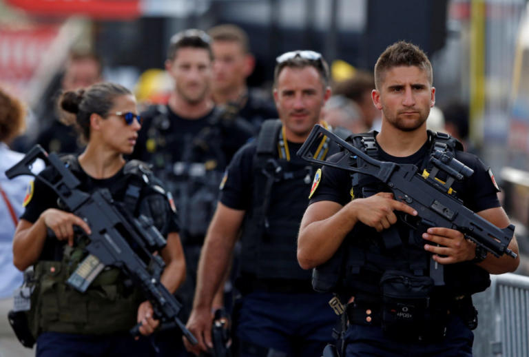 Νέος συναγερμός στη Γαλλία – Αυτοκίνητο έπεσε σε Τζαμί | Newsit.gr