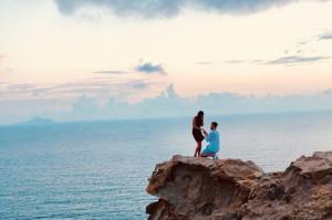 Η viral φωτογραφία στη Σαντορίνη – Το ζευγάρι που ψάχνει όλο το Twitter