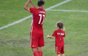 Ολυμπιακός – Χριστοδουλόπουλος: Η μικρή Στέλλα φόρεσε τα ερυθρόλευκα [pics]