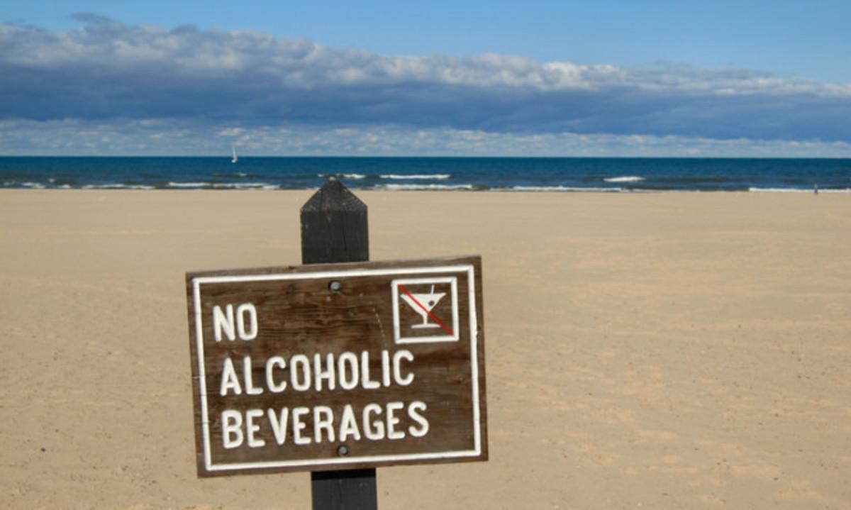 Αλκοόλ: Γιατί δεν πρέπει να πίνετε σε θάλασσα και πισίνα | Newsit.gr