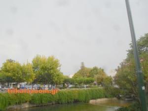 Αέρας και δυνατή βροχή «μαστιγώνουν» τα Τρίκαλα – video