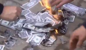 Τουρκική προπαγάνδα… παρωδία! Φτύνουν και σκουπίζουν τη μύτη τους με δολάρια – Video