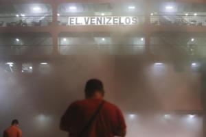 Καίγεται ακόμα το Ελευθέριος Βενιζέλος! Καπνοί παντού και εικόνες «απόκοσμες»