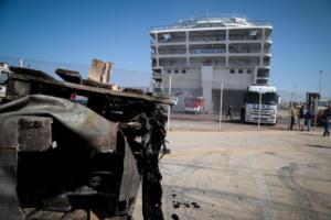 Φωτιά στο Ελευθέριος Βενιζέλος: Δεν έχει σβήσει η πυρκαγιά – Έχει πάρει κλίση το πλοίο