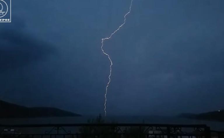 Αμφιλοχία: Η στιγμή που ο κεραυνός σκάει σαν βόμβα μπροστα στην κάμερα – Εικόνες που σοκάρουν | Newsit.gr