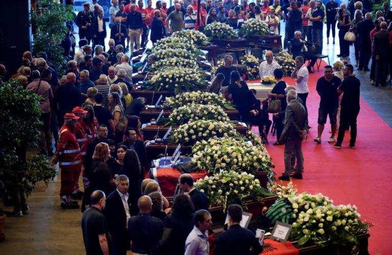 Γένοβα: Θρήνος στις κηδείες των θυμάτων – Πυροσβέστες αποτίουν φόρο τιμής [pics] | Newsit.gr