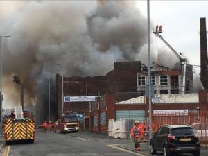 Μεγάλη φωτιά σε εργοστάσιο στο Μάντσεστερ – Κίνδυνος επέκτασης σε φυλακή με 1.200 κρατούμενους