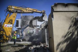 Ξεκίνησαν οι κατεδαφίσεις των «κόκκινων» σπιτιών στο Μάτι [pics]