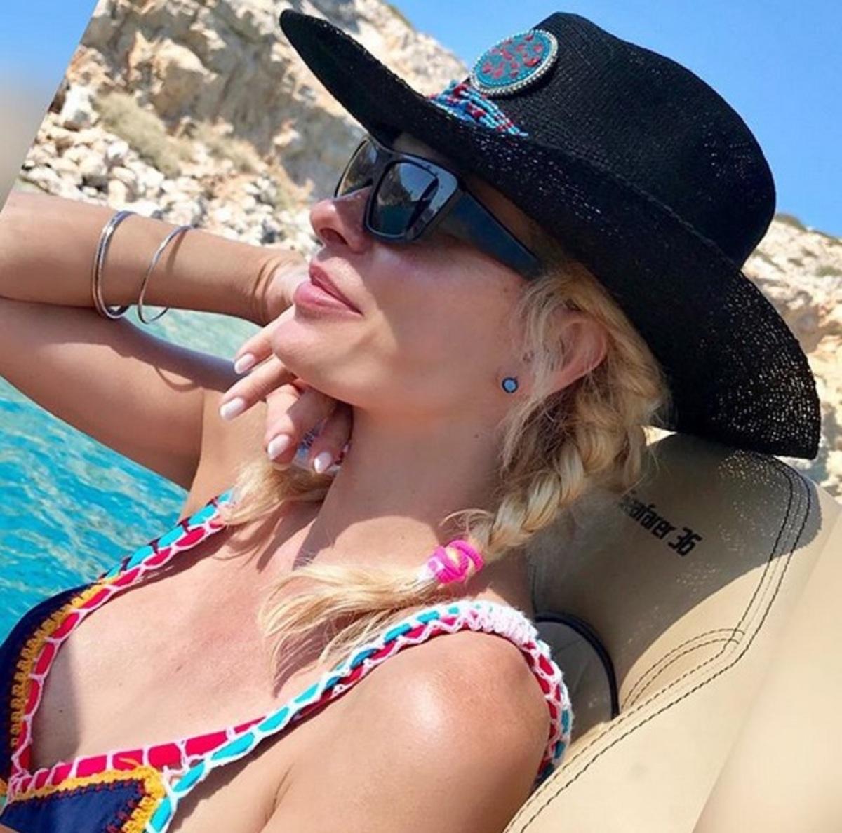 Η Ελένη Μενεγάκη συνεχίζει τις διακοπές της στο Ιόνιο [pic] | Newsit.gr