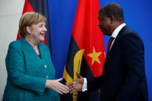 Η Μέρκελ θέλει να πουλήσει όπλα στην Ανγκόλα