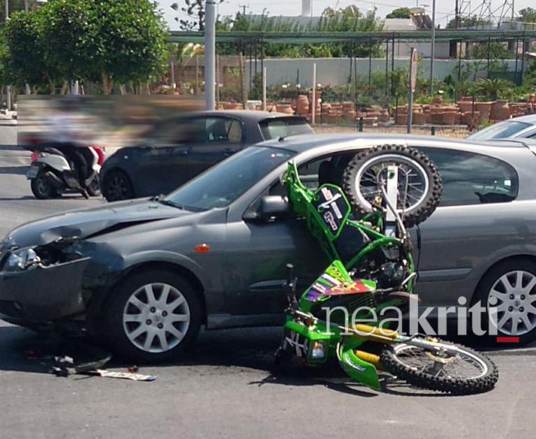 Εικόνα – σοκ στο Ρέθυμνο – Μηχανή καρφώθηκε σε αυτοκίνητο | Newsit.gr