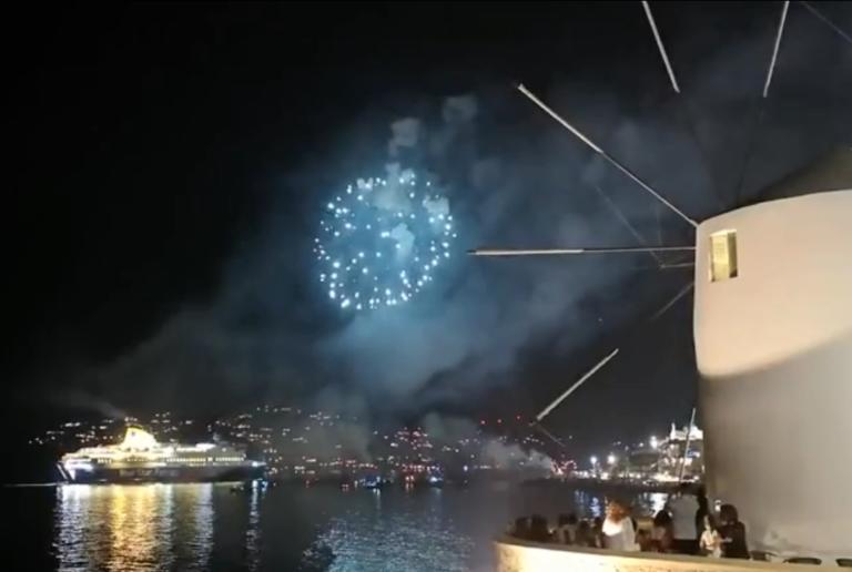Πάρος: Μαγικές εικόνες στο λιμάνι – Η άφιξη του πλοίου και η υποδοχή με βεγγαλικά | Newsit.gr